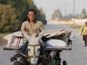 000YOMEDDINE-2-©-Desert-Highway-Pictures2-e1523897033851